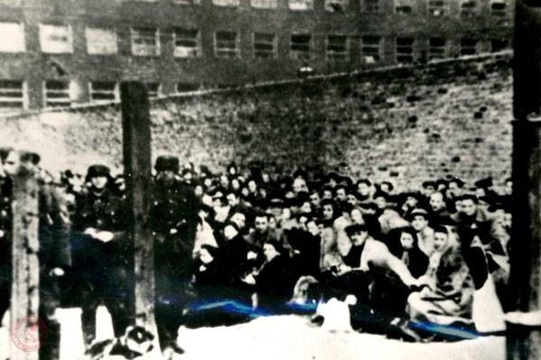 Wysiedleni warszawscy Żydzi na placu przeładunkowym na Stawkach przed wysyłką do obozu w Treblince, sierpień 1942 r.