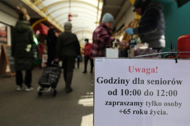 77-latek zmarł pod jednym ze sklepów w czasie godzin dla seniorów /Paweł Supernak /PAP