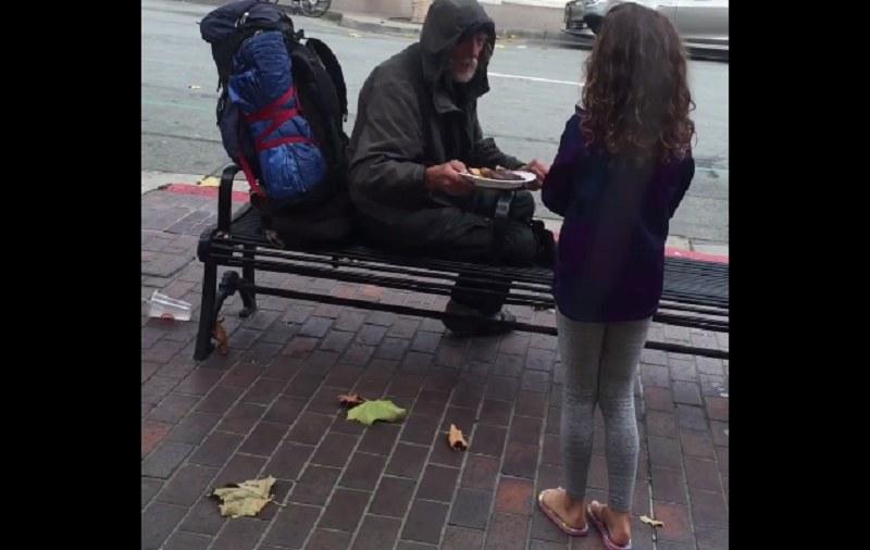 8-latka wręcza posiłek bezdomnemu mężczyźnie - tak to wszystko się zaczęło /Edwin Scott /YouTube