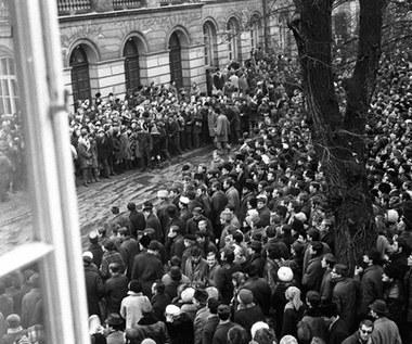"""8 marca 1968 r. """"My, studenci Warszawy..."""" Wiec protestacyjny studentów Uniwersytetu Warszawskiego"""
