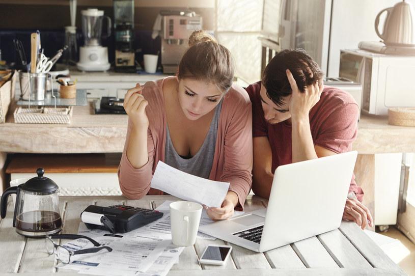 8 na 10 konsumentów regularnie odkłada gotówkę /123RF/PICSEL