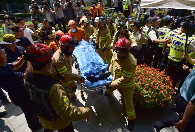 81-letniego mężczyznę zabrano do szpitala fot. Jung Yeon-Je /AFP