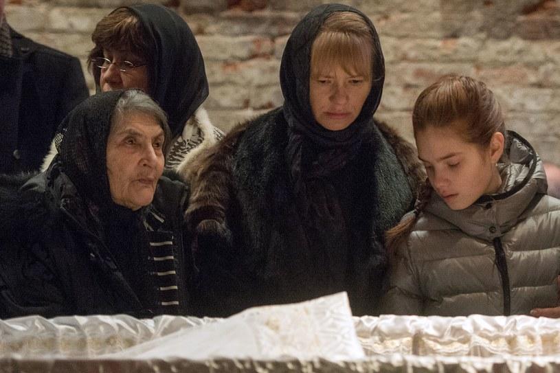 87-letnia Dina Eidman - matka Borysa Niemcowa - przy trumnie z ciałem syna /AFP