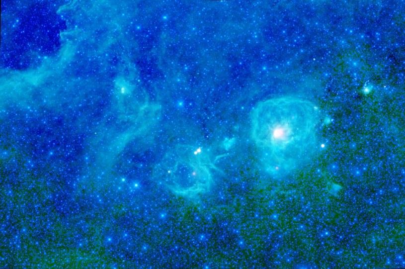 87 proc. szturmujących Ziemię cząstek stanowią protony, reszta to głównie jądra helu i elektrony /Universal History Archive/Universal Images Group /Getty Images