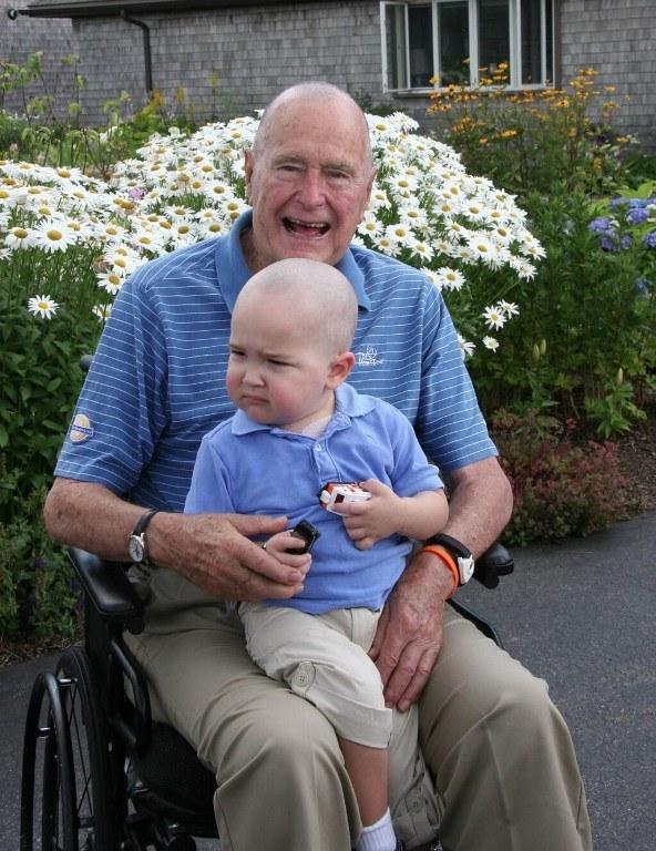 89-letni były prezydent USA George H. W. Bush zgolił włosy na znak solidarności z chorym na białaczkę chłopcem /AFP
