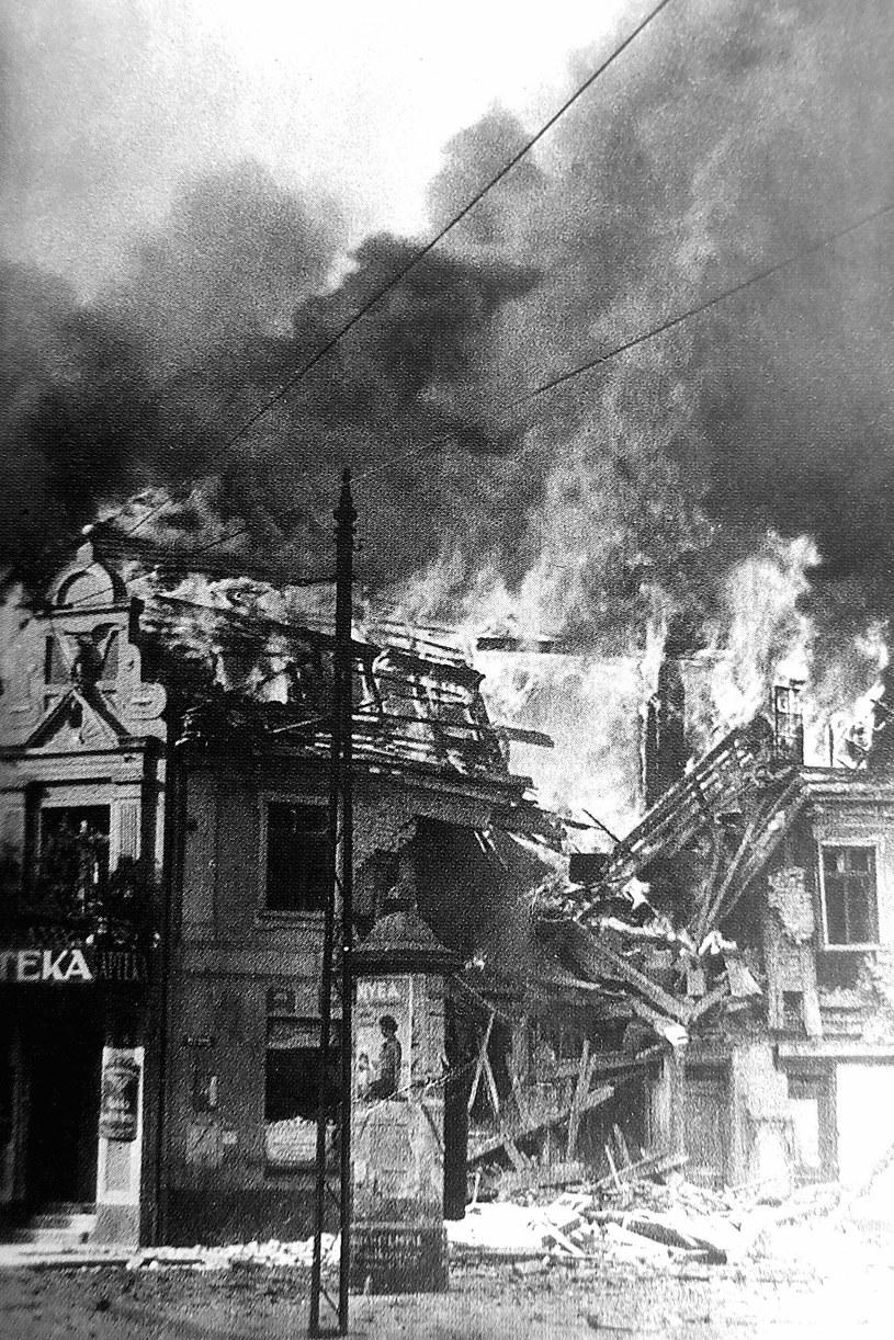 9 IX 1939 roku płonie budynek Apteki Pod Orłem, podpalony z zemsty przez inowrocławskich Niemców nazajutrz po zajęciu miasta przez Wehrmacht. /Archiwum autora