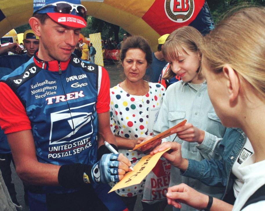 9 września 1998. Dariusz Baranowski rozdaje autografy przed startem czwartego etapu 55. Tour de Pologne z Radomska do Jastrzębia Zdroju. Baranowski ma na koncie trzy zwycięstwa w wyścigu /WOJTEK SZABELSKI    /PAP