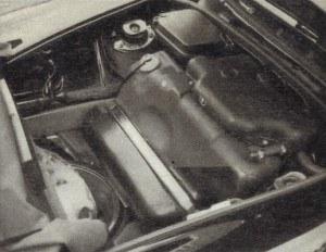 """""""911"""" jest chyba jedynym samochodem, w którym zbiornik paliwa pozostał z przodu. Przed nim mieści się dojazdowe koło zapasowe, zalegające bez powietrza. Producent wyposaża auto w kompresor umożliwiający napompowanie go, ale co zrobić z uszkodzonym kołem, gdy mamy pełen bagażnik? /Motor"""