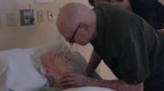 92-letni mężczyzna śpiewa dla umierającej żony. Miliony internautów poruszonych