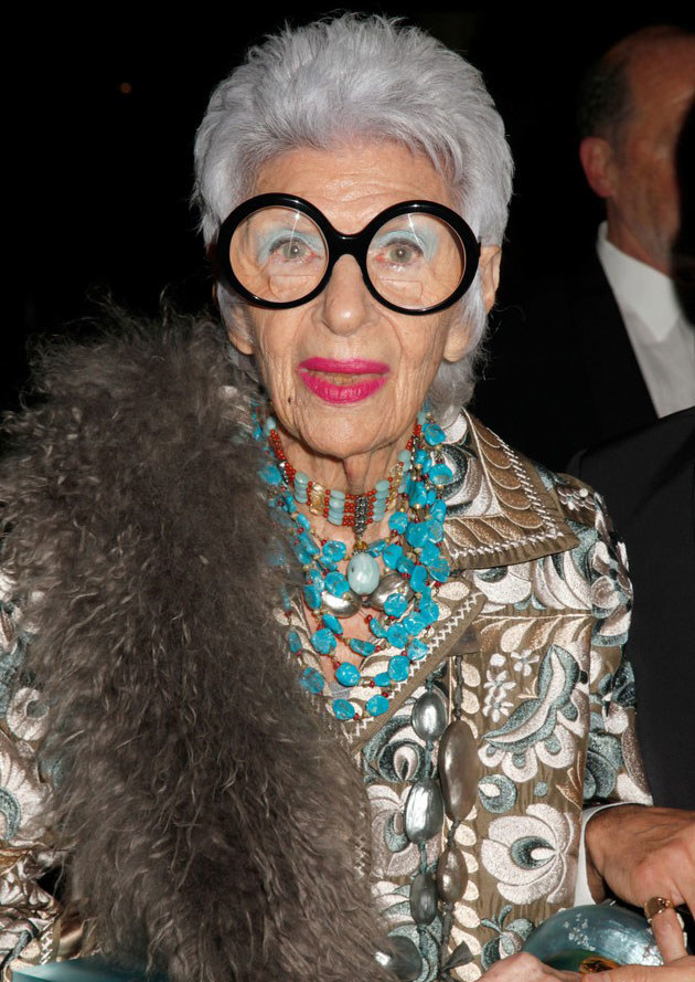 """92-letnia Iris Apfel, nowojorska ikona mody i stylu. Magazyn """"Dazed and Confused"""" zaprosił ją do sesji mody w charakterze modelki. /East News"""
