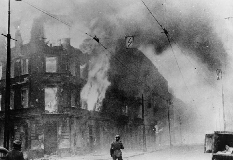 !943 rok, likwidacja getta warszawskiego. Krystyna Budnicka ukrywała się w podziemiach budynku, który został podpalony. Ściany bunkra nagrzewały się jak piec /Getty Images