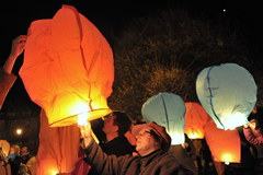 96 lampionów poszybowało w niebo w hołdzie ofiarom katastrofy