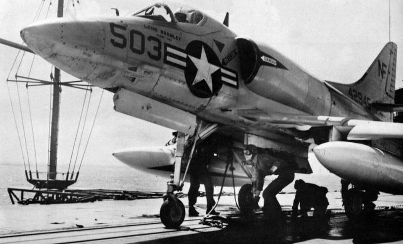 """A-4 """"Skyhawk"""" na pokładzie USS """"Ticonderoga"""". Pod kadłubem podwieszano bombę B-43 /Wikimedia Commons /materiały prasowe"""