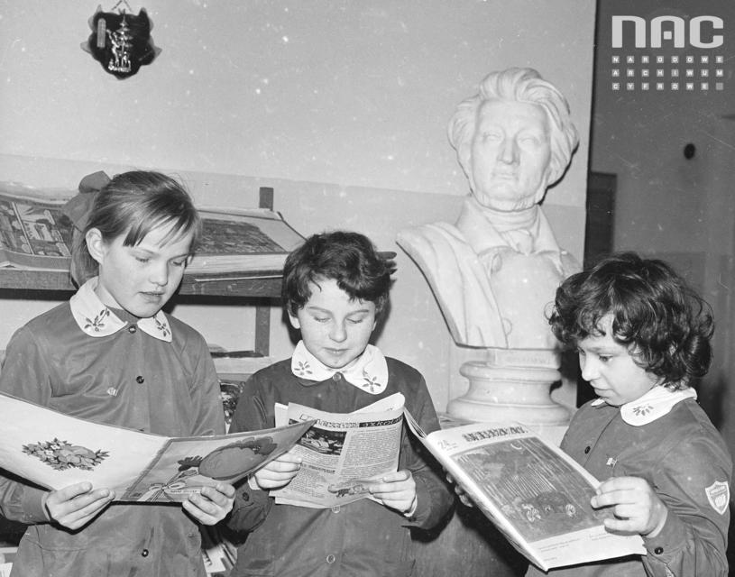 A czy ty pamiętasz czasy swojej podstawówki? Zdj: Uczennice podczas lektury, 1982 rok, autor: Rutowska Grażyna NAC /materiały prasowe