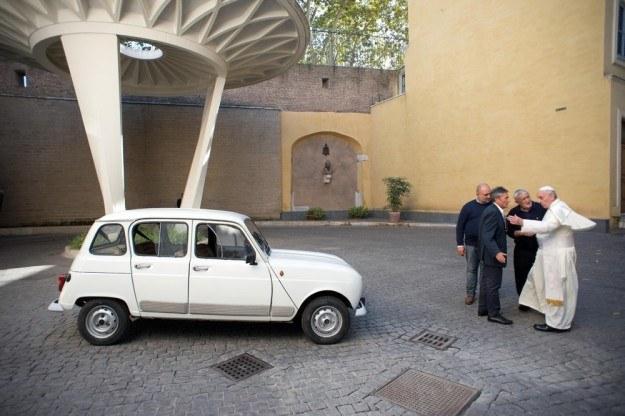 A papież nie wstydzi się pokazać przy Renault 4... /East News