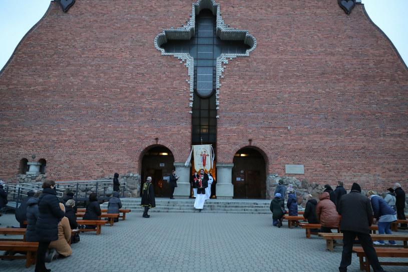 A tak wygląda Wielkanoc w dobie pandemii w jednym z warszawskich kościołów /Piotr Molecki /East News