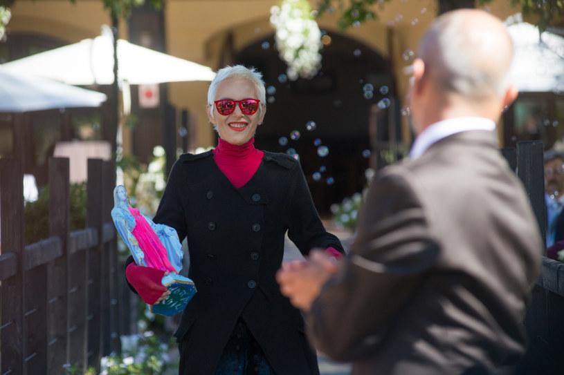 A to ci niespodzianka! Na weselu pojawi się ktoś bardzo specjalny – ulubiona piosenkarka Elżbiety, Kora. /x-news/ Piotr Litwic /TVN
