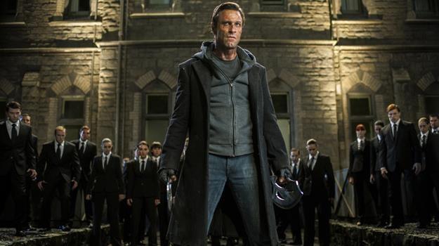 """Aaron Eckhart w scenie z filmu """"Ja, Frankenstein"""" /materiały prasowe"""