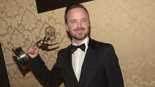 "Aaron Paul ze swoją statuetką Emmy za rolę w serialu ""Breaking Bad"" /Jason Kempin /Getty Images"