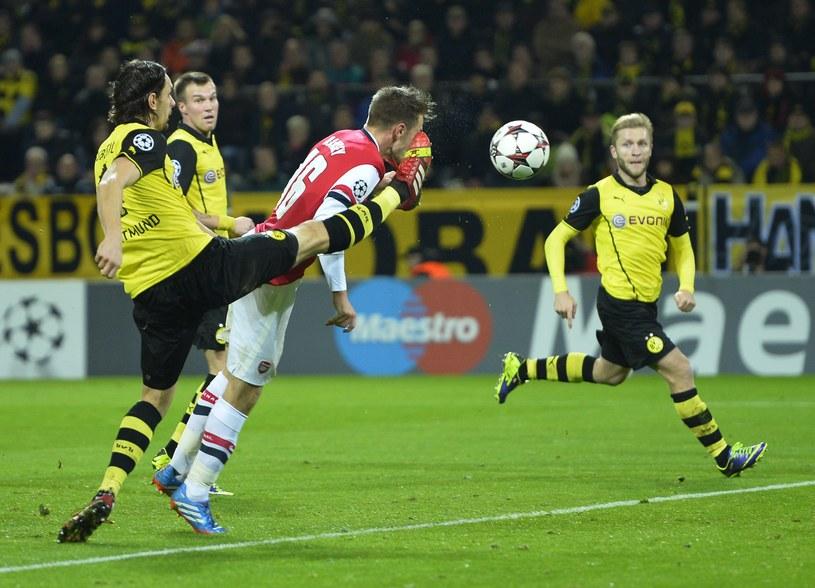 Aaron Ramsey strzela zwycięskiego gola w meczu z Borussią Dortmund /AFP