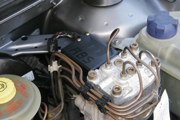 ABS sam wykonuje hamowanie pulsacyjne. Pedał wciskamy maksymalnie. /Motor
