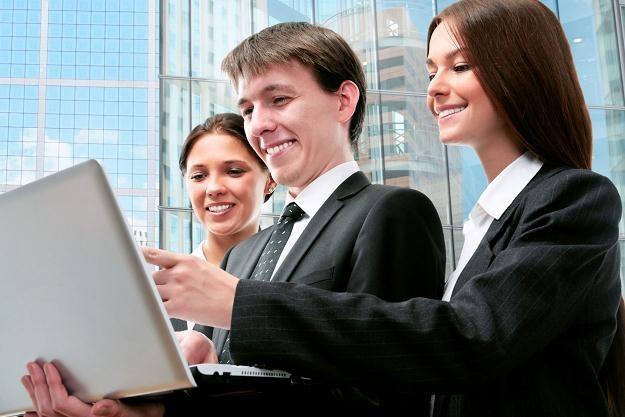 Absolwenci nie mogą pozostać sami na rynku pracy /123RF/PICSEL