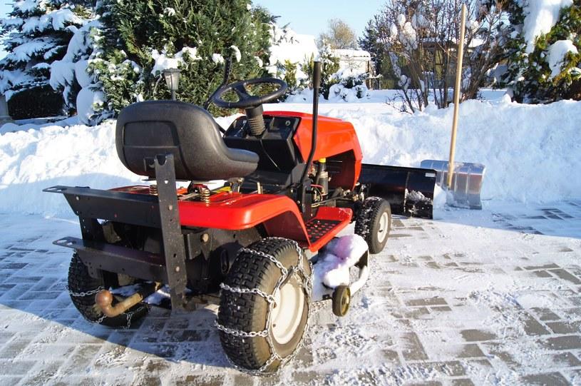 Aby chronić kosiarkę przed niekorzystnym wpływem czynników atmosferycznych, zwłaszcza zimą, warto zaopatrzyć się także w specjalne pokrowce /123RF/PICSEL