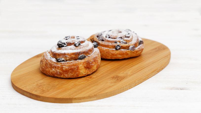 Aby ciastka pięknie pachniały, po upieczeniu można posmarować je syropem z zagotowanej w rondlu wody z cukrem oraz łyżką soku pomarańczowego /123RF/PICSEL