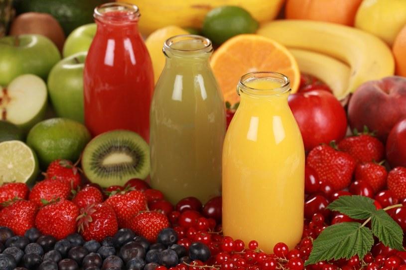 Aby cieszyć się smakiem owocowych soków przez całą zimę, należy je pasteryzować /123RF/PICSEL