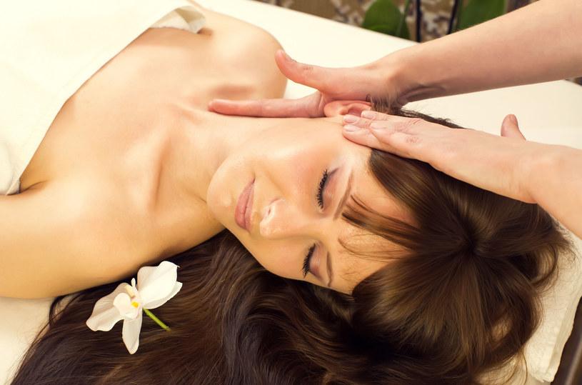 Aby długo cieszyć się piękną, gładką skórą szyi, dobrze pamiętać, by nakładać na nią ten sam krem, co na twarz /123RF/PICSEL