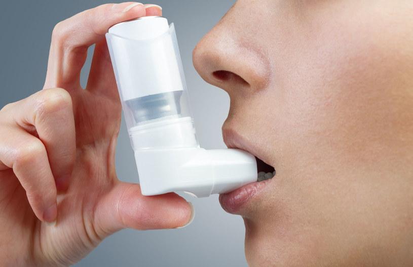 Aby dolegliwości przestały dawać się nam we znaki, konieczne jest leczenie astmy /123RF/PICSEL