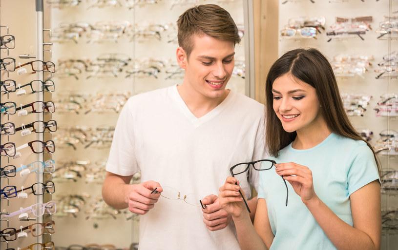 Aby kupić nowe okulary przeciwsłoneczne czy korekcyjne nie musimy się wcale udawać do sklepu stacjonarnego – wystarczy internet! /123RF/PICSEL