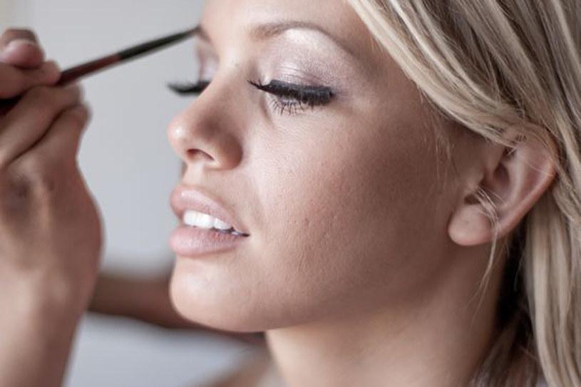 Aby makijaż był trwały, powinien być oszczędny /123RF/PICSEL