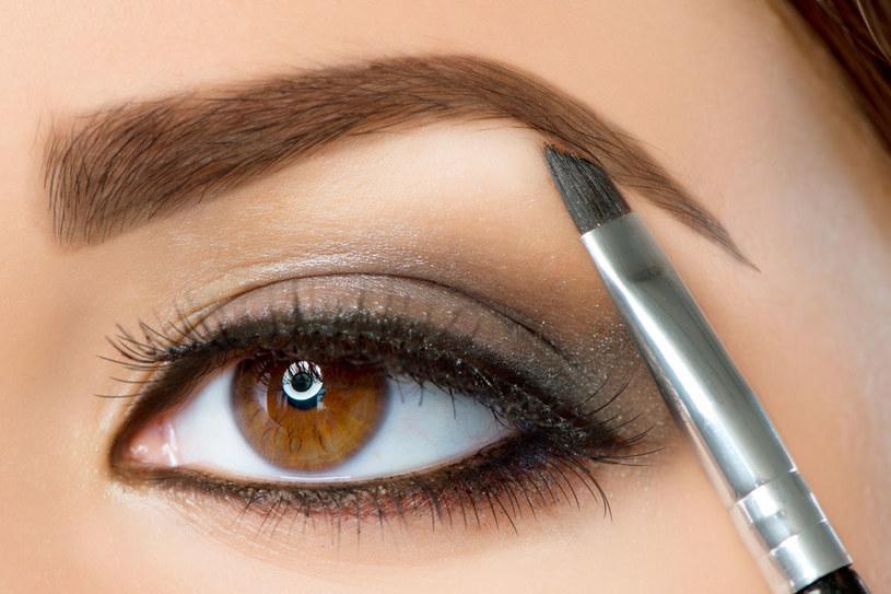 Aby mocniej wymodelować brwi, wybierz kredki do brwi lub cienie w naturalnym kolorze brwi lub ciut ciemniejsze /123RF/PICSEL