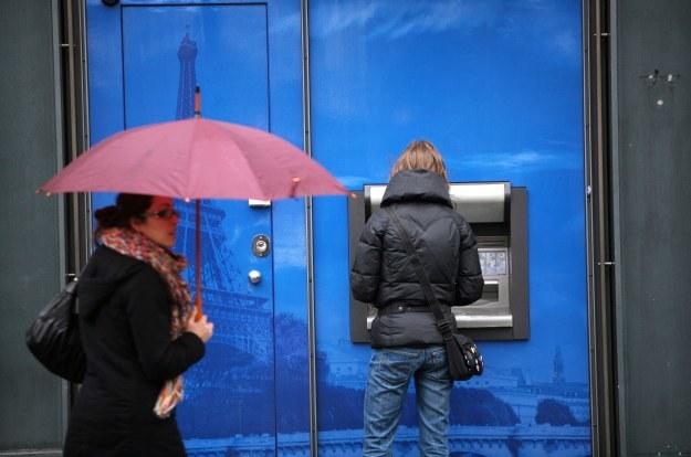 Aby nie paść ofiarą kradzieży i sklonowania naszej własnej karty należy uważać, z jakiego bankomatu pobieramy pieniądze oraz komu pozwalamy z niej skorzystać. /AFP