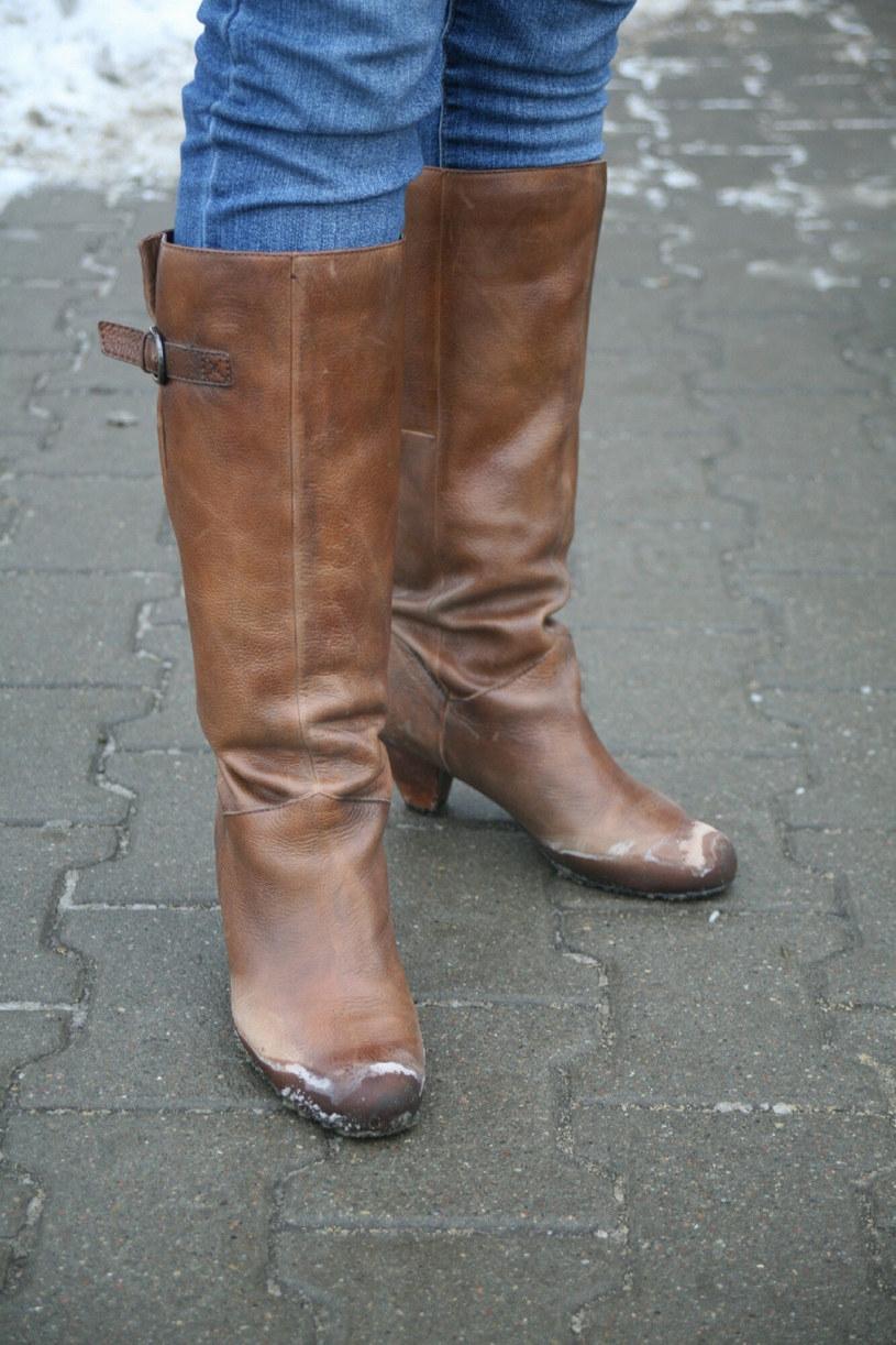 Aby nie przemarznąć w stopy, warto do zimowych butów zakładać porządne, góralskie, wełniane skarpety! /Anna Garwolińska /East News