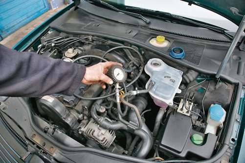 Aby ocenić szczelność uszczelki pod głowicą, należy podłączyć manometr do układu chłodzenia. /Motor