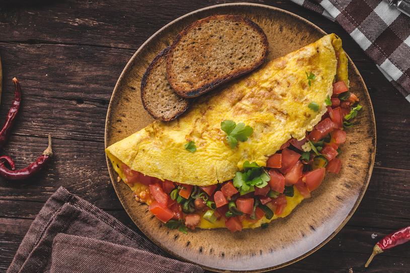 Aby omlet był bardziej puszysty, można oddzielić żółtka od białek, wymieszać żółtka złyżką wody lub mleka ina końcu połączyć zubitymi  na sztywno białkami /123RF/PICSEL