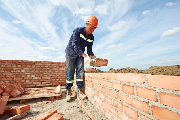 Aby podołać zleceniom, polski sektor budowlany zatrudnia na potęgę /123RF/PICSEL