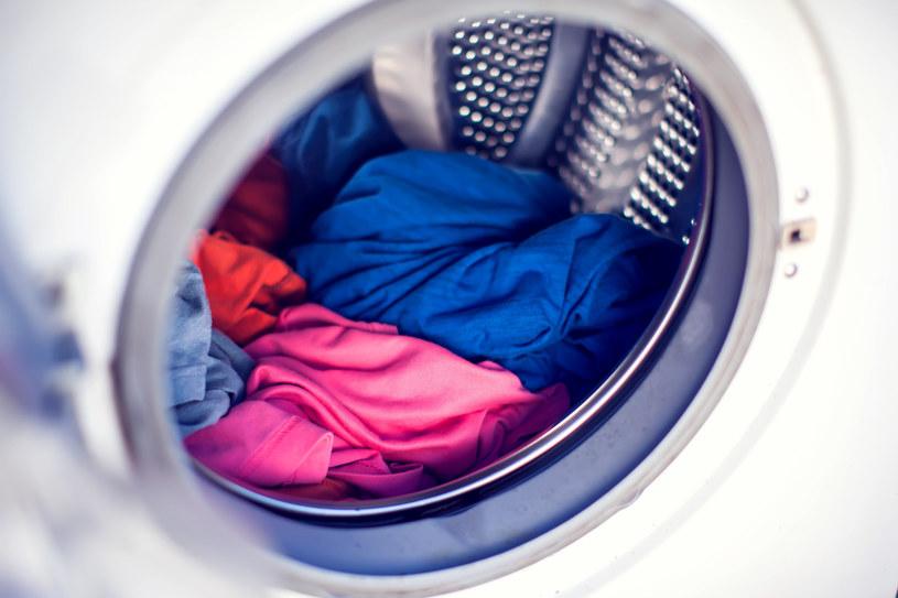 Aby przyspieszyć suszenie ubrań, warto powtórnie je odwirować /123RF/PICSEL