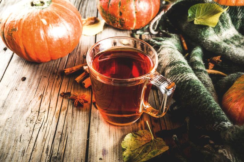 Aby rozgrzać organizm, warto sięgnąć po herbatę z dodatkiem przypraw /123RF/PICSEL