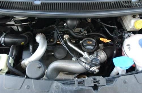 Aby samochód dostawczy dobrze jeździł z obciążeniem, potrzebny jest silnik o odpowiedniej pojemności. Dlatego polecamy 2.5, który nie pali dużo więcej od 1.9 TDI, i ma seryjnie sześć biegów. /Motor