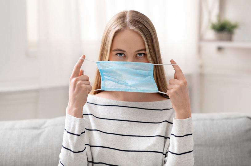 Aby skutecznie się chronić należy ściągać maseczkę w odpowiedni sposób /123RF/PICSEL