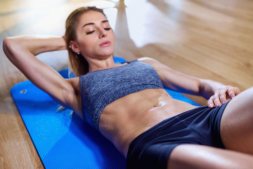 Aby spalić tłuszcz z brzucha, oprócz diety ważne są też ćwiczenia /123RF/PICSEL