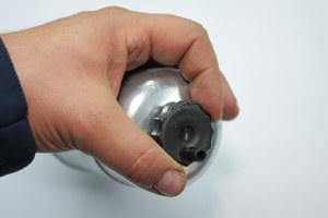 Aby spuścić wodę, należy poluzować nakrętkę umieszczoną w dolnej części filtra. /Motor