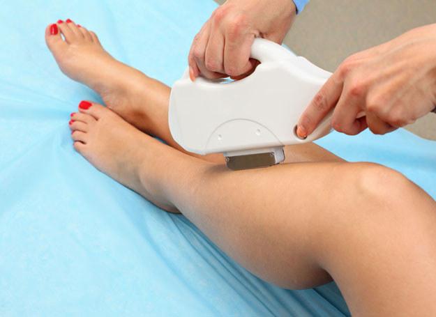 Aby ujędrnić uda, wykorzystaj stosowaną przez kosmetyczki metodę body wrap, czyli owijanie ciała /123RF/PICSEL