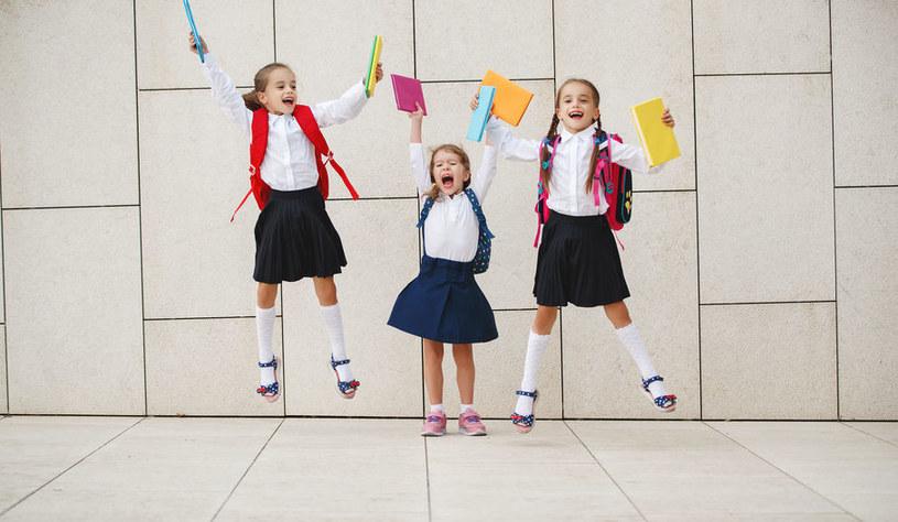 Aby ułatwić przyzwyczajenie się do nowych warunków i sytuacji, warto zwracać uwagę dziecka na pozytywne aspekty szkoły /123RF/PICSEL