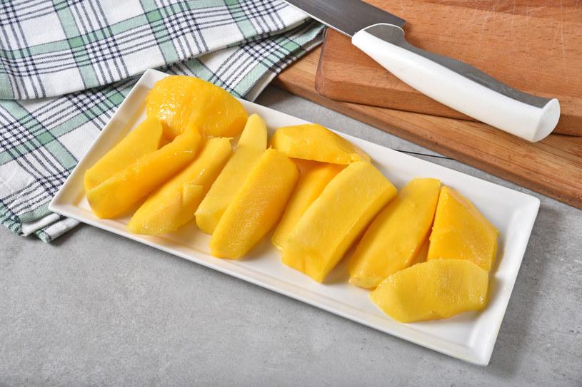 Aby ułatwić sobie krojenie i obieranie mango, warto położyć owoc na dłoni i sprawdzić ułożenie pestki /123RF/PICSEL