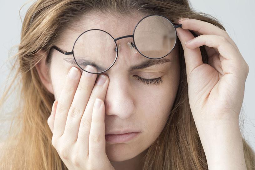 Aby uniknąć dyskomfortu związanego z przemęczeniem oczu, możemy działać dwutorowo /123RF/PICSEL