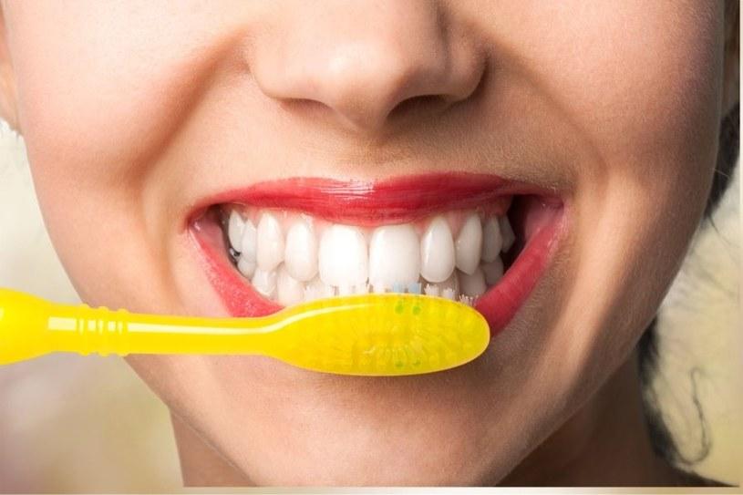 Aby uniknąć paradontozy trzeba regularnie myć zęby /123RF/PICSEL